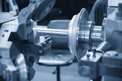 CNC przędzalniana maszyna tworzy aluminiowego talerza zdjęcie stock
