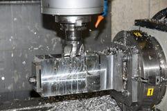 CNC que muele en taller Imágenes de archivo libres de regalías