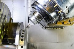 Cnc-Router och roterande metall med ett bitande hjälpmedel och centrerahjälpmedlet Begreppet av tekniskt avancerat bearbeta arkivfoto
