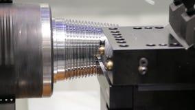 CNC tokarska maszyna lub kręcenie maszyna rzuca stalowego szyszkowego kształta prącie Cześć technologia proces produkcyjny zbiory