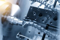CNC tokarski maszynowy rozcięcie metal śrubowa nić Obraz Royalty Free