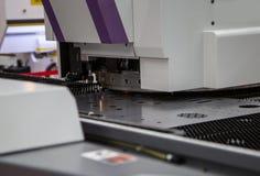 CNC trycker på stansmaskinmaskinen arkivbild