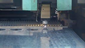 CNC van het de snijmachine scherpe blad van de vezellaser het metaalplaat met het vonken van licht stock footage