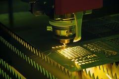 CNC włókna laserowy tnący maszynowy rozcięcie metalu talerz obraz stock