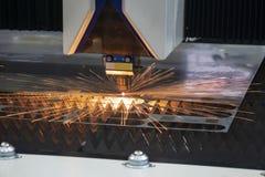 CNC włókna laserowy tnący maszynowy rozcięcie metalu talerz z iskrzy światłem zdjęcie royalty free
