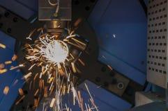 CNC włókna laserowy tnący maszynowy rozcięcie nierdzewna tubka z iskrzy światłem fotografia royalty free