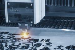 CNC w??kna laserowy tn?cy maszynowy rozci?cie metalu talerz z iskrzy ?wiat?em zdjęcie royalty free