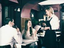 Cónyuges que tienen fecha en restaurante Foto de archivo