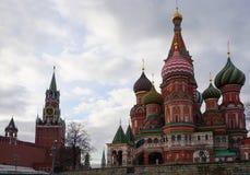 Собор базилика St и башня Кремля Spasskaya стоковое фото rf