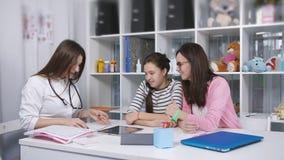 Совет в офисе доктора Мать и дочь подросток в офисе семейного врача видеоматериал