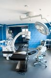 Современная операционная с разверткой рентгеновского снимка медицинской, операционным столом, особенной лампой и медицинскими слу стоковое фото