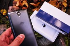 Современный смартфон основанный на операционной системе андроида стоковые изображения rf