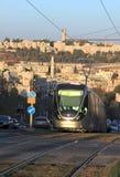 Современный трамвай около старого города Иерусалима стоковые фотографии rf
