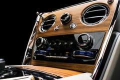 Современный роскошный автомобиль внутрь Интерьер корабля с естественной деревянной панелью Белая кожа с шить Детализировать автом стоковая фотография