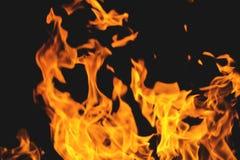 Согревающие языки пламени холодной ночью stock images