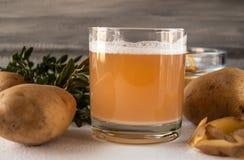 Сок с картошками работа студии картошек предпосылки белая стоковые изображения