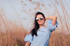 Солнечные очки зеркала женщины нося в на открытом воздухе портрете моды стоковое фото