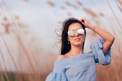 Солнечные очки зеркала женщины нося в на открытом воздухе портрете моды стоковое фото rf