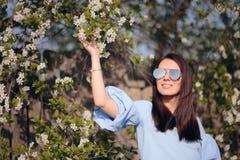 Солнечные очки девушки весны нося в на открытом воздухе портрете моды стоковые фото