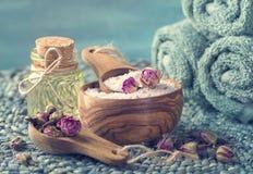 Соль моря с сухими лепестками розы стоковые изображения