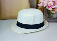 Соломенная шляпа с сумкой на таблице стоковые изображения rf