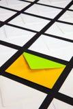 Состав с белизной и 2 конверта цвета на таблице стоковое изображение rf