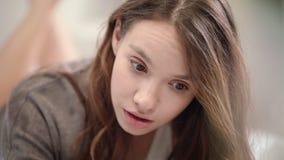 Сотрясенная сторона женщины Закройте вверх стороны удивленной молодой женщиной Сотрясенная девушка красоты сток-видео