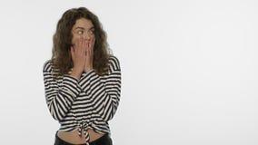 Сотрясенная сторона девушки в студии Портрет женщины удара на белой предпосылке видеоматериал