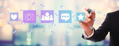 Социальные средства массовой информации с бизнесменом стоковое изображение rf