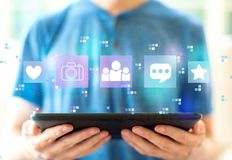 Социальные средства массовой информации с человеком используя планшет стоковые изображения