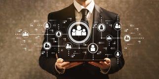 Социальные соединения с бизнесменом держа планшет стоковое изображение rf
