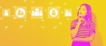 Социальные соединения с молодой коммерсанткой стоковое изображение