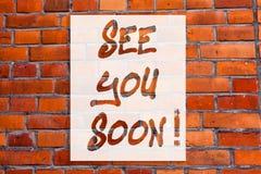 Сочинительство текста почерка увидит вас скоро Прощание смысла концепции мы будем встречать снова в кирпичной стене короткого пер стоковая фотография