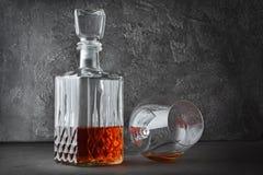 Coñac fuerte de la bebida alcohólica en vidrio del succionador y jarra de mentira del cristal fotografía de archivo