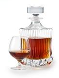 Coñac. Vidrio y botella de brandy. camino de recortes Fotografía de archivo libre de regalías