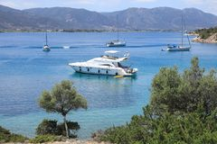 Coût de paysage marin de l'île de Poros, baie d'amour, Grèce, le 10 juin 2018 Image libre de droits