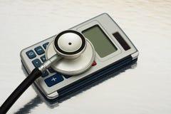 Coûts calculateurs de soins de santé photographie stock libre de droits
