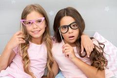 Coś pójść źle sposób Dzieci pozuje z zmieszanymi twarzy fotografii budka wsparciami Piżamy przyjęcie w sypialni Przyjaciele ślicz zdjęcia royalty free
