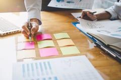 Co工作会议,行政队谈论运作在经营战略和财政计划的图和图表 库存照片