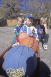 有篮球的, CO三个男孩 库存图片