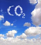 CO2 di simbolo dalle nubi fotografia stock libera da diritti