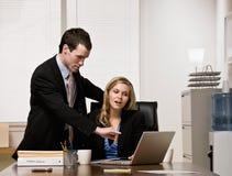 co förklarar den lyssnande arbetsledaren till arbetsarbetaren Royaltyfri Bild