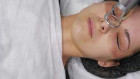 CO2 fraccionario del laser Procedimiento cosm?tico Mujer que tiene un tratamiento en una cl?nica del skincare, el volver a allana metrajes