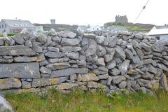 Co Galway, Irland Juni 2017, Aran Islands, a-vägg som göras av S Arkivfoto