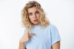 Co, ja Portret kwestionujący i szokujący kobieta punkt przy ona mienie palec na klatce piersiowej i poszerza oczy od niespodziank zdjęcia stock