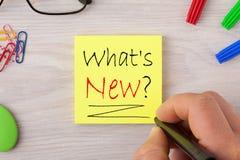 Co jest Nowym pytania handwriting na notatce z markiera piórem i różnorodnym materiały fotografia royalty free