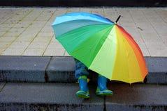 Co jest pod parasolem, chłopiec lub dziewczyną? Zdjęcia Stock