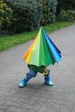 Co jest pod parasolem, chłopiec lub dziewczyną? Zdjęcie Stock