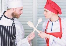 Co kucbarski lepszy Ostateczny kucharstwa wyzwanie Kulinarna bitwa dwa szefa kuchni Para współzawodniczy w kulinarnych sztukach K obraz stock