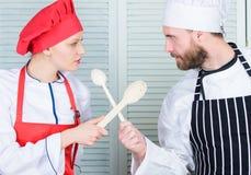 Co kucbarski lepszy Ostateczny kucharstwa wyzwanie Kulinarna bitwa dwa szefa kuchni Para współzawodniczy w kulinarnych sztukach K zdjęcie stock